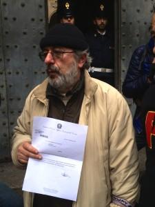 Bruno Manganaro, segretario Generale FIOM Genova, con la lettera ricevuta dalla prefettura