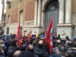 Il Corteo davanti alla Prefettura di Genova